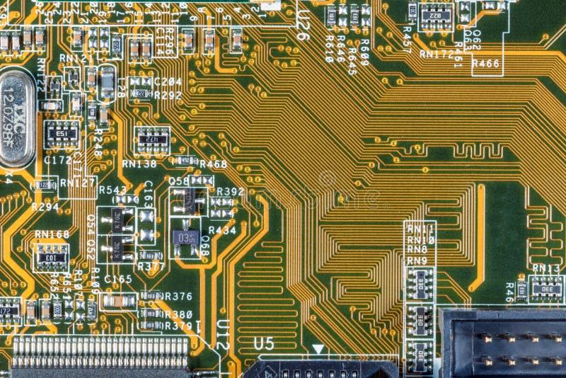 Uppgifter om elektroniska kretsar och chips på datorns moderkort arkivfoto