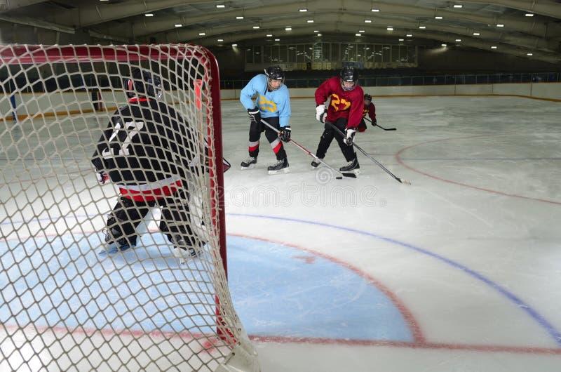 uppgiftshockeyungdom arkivbild