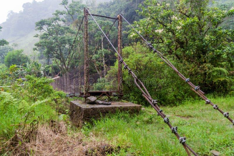Upphängningbro över Calderafloden nära Boquete Panama, på Lost vattenfall som fotvandrar trai fotografering för bildbyråer