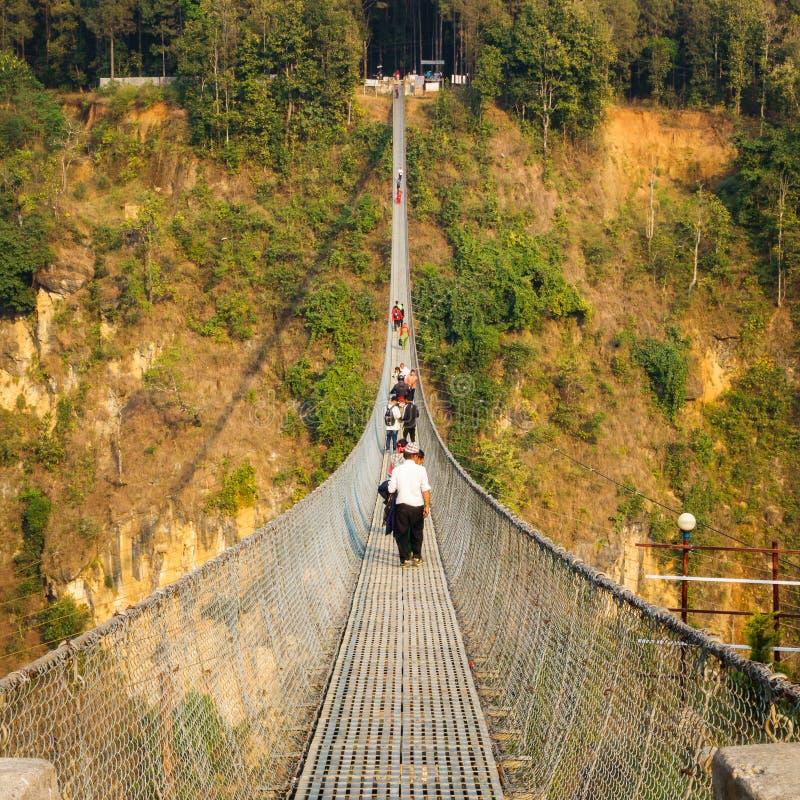 Upphängningbro över den Kali Gandaki floden mellan Kushma och royaltyfria bilder