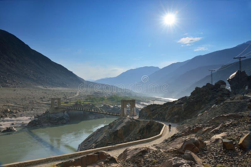 Upphängningbro över Induset River längs den Karakorum huvudvägen arkivbild