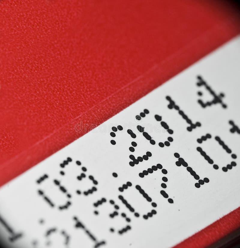 Upphörande datum som skrivs ut på produktasken royaltyfria foton