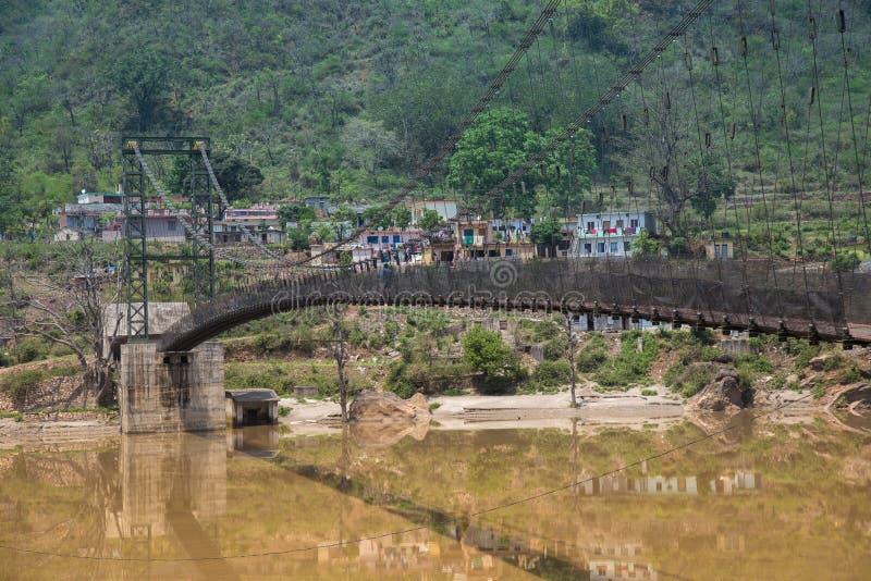 Upph?ngningbro i mitt av den Alaknanda floden, Indien royaltyfri fotografi