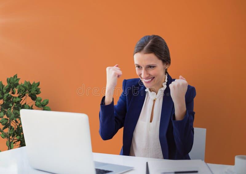 Upphetsad affärskvinna på ett skrivbord som ser en dator mot orange bakgrund vektor illustrationer
