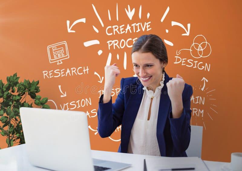 Upphetsad affärskvinna på ett skrivbord som ser en dator mot orange bakgrund med diagram vektor illustrationer