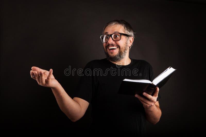 Upphetsad affärsman med skägget och exponeringsglas royaltyfri fotografi