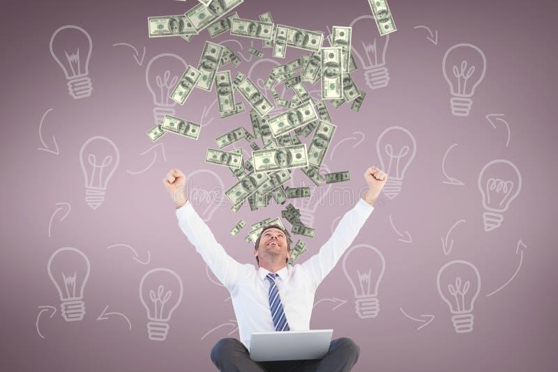 Upphetsad affärsman som ser pengarregn mot rosa bakgrund med kulasymboler arkivbilder