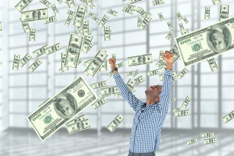 Upphetsad affärsman som ser pengarregn mot vit bakgrund arkivbilder