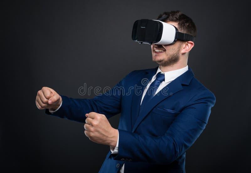 Upphetsad affärsman som ser till och med virtuell verklighethörlurar med mikrofon royaltyfria foton