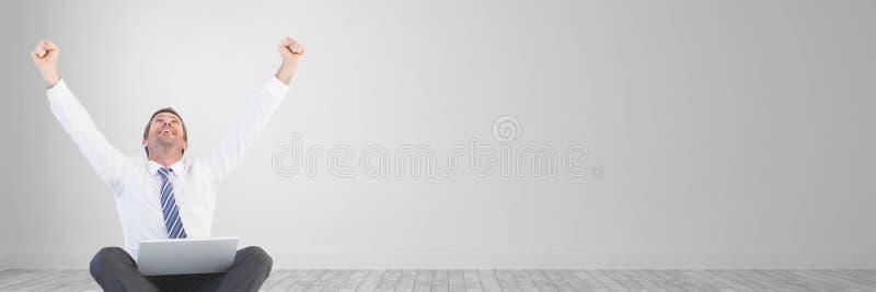 Upphetsad affärsman som ser upp mot sned bollmellanrum arkivfoto