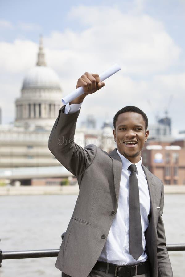Upphetsad afrikansk amerikanaffärsman med Sts Paul domkyrka i bakgrunden fotografering för bildbyråer