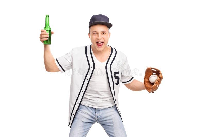 Upphetsad baseballfan som rymmer ett öl och hurra royaltyfri bild
