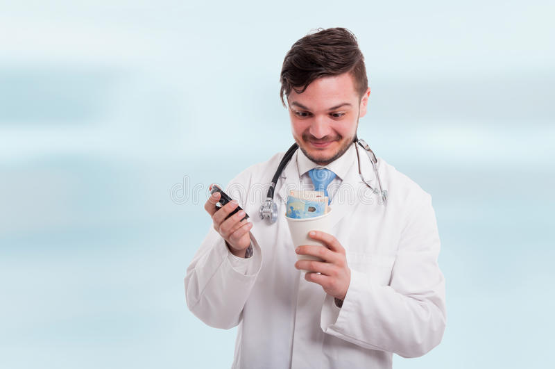 Upphetsad doktor som har en överraskning i kaffekopp royaltyfria bilder
