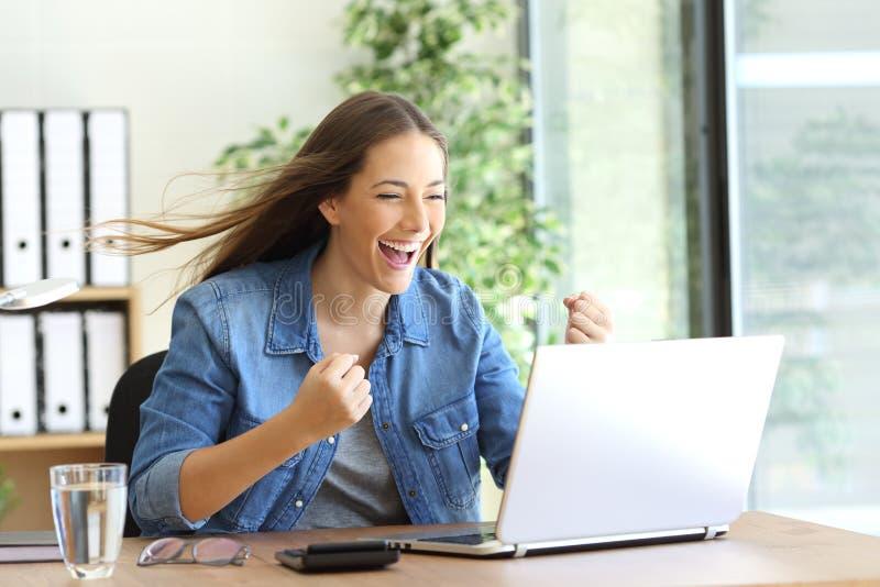 Upphetsad entreprenör som arbetar på linje arkivfoto