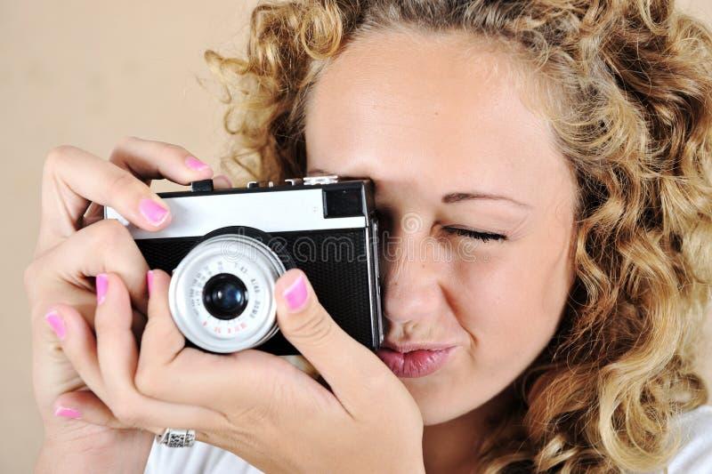 Upphetsad flicka med kameran fotografering för bildbyråer