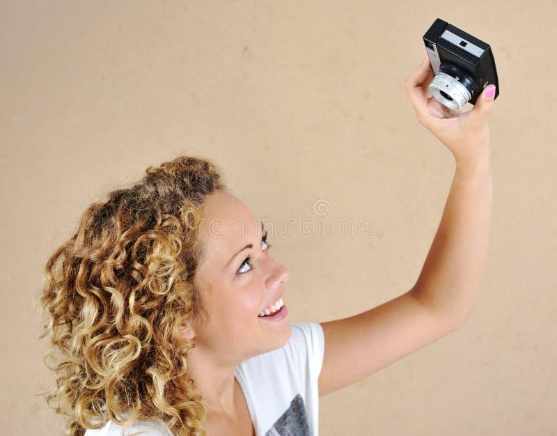 Upphetsad flicka med kameran arkivbilder
