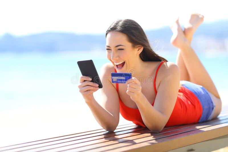 Upphetsad flicka som finner ecommerceerbjudanden som direktanslutet köper royaltyfria bilder