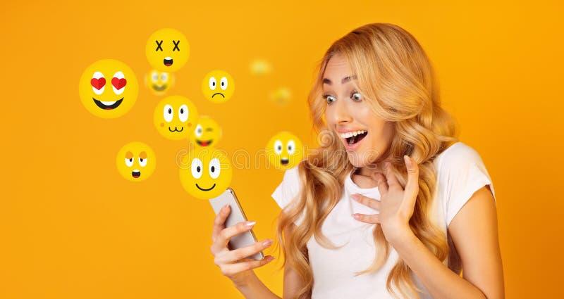 Upphetsad flicka som håller ögonen på den levande strömmen för socialt massmedia arkivbild