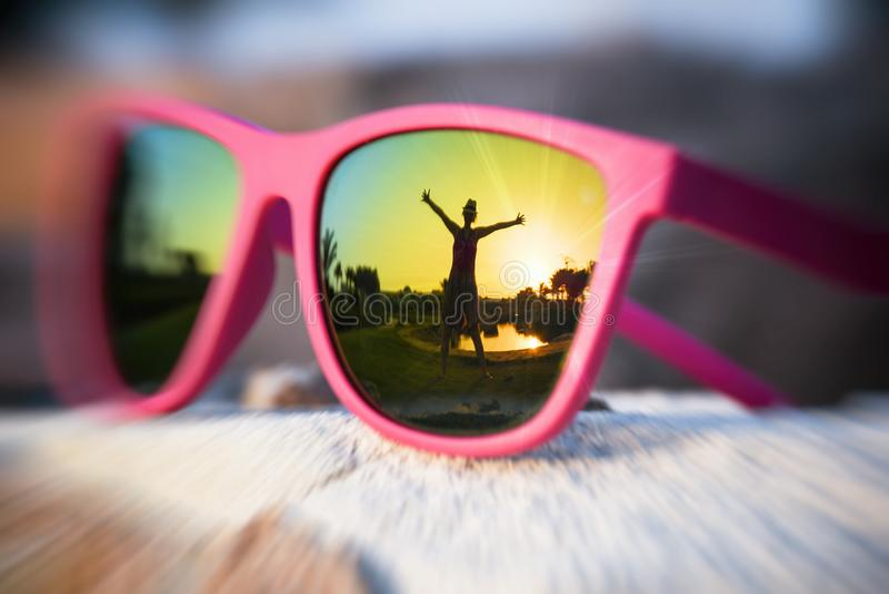 Upphetsad flickakontur i den rosa solglasögon arkivfoton