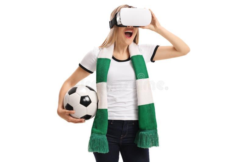Upphetsad fotbollfan som använder en VR-hörlurar med mikrofon royaltyfri bild
