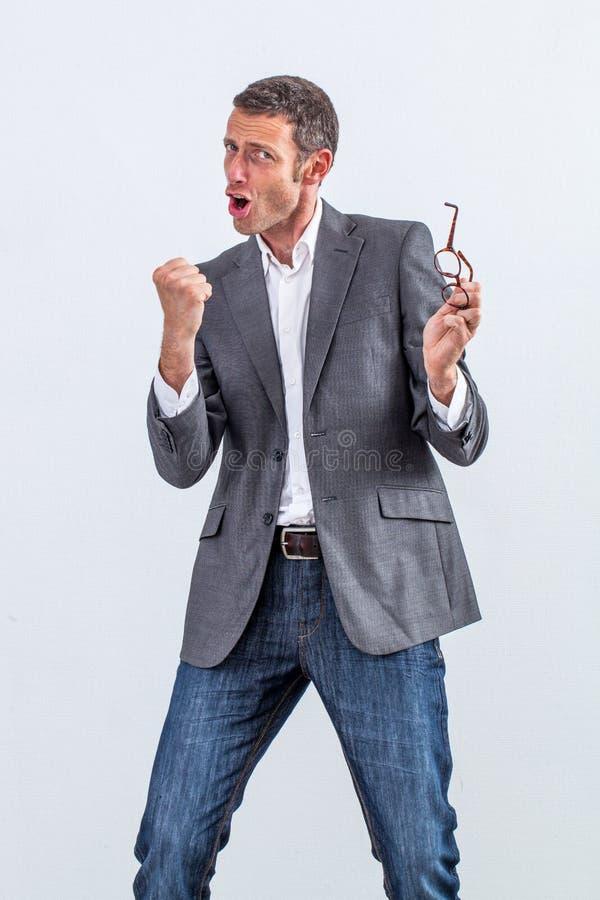 Upphetsad kontorsledare med glasögon, i att ropa för hand royaltyfria foton