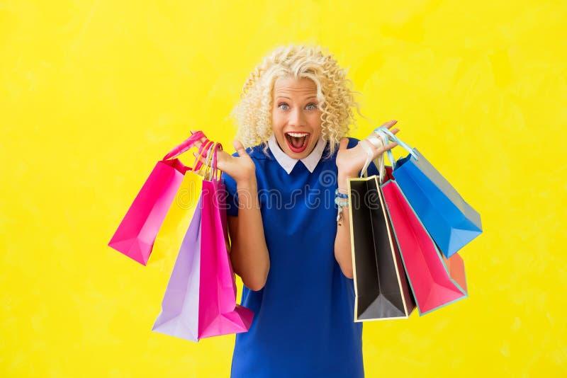 Upphetsad kvinna med shoppingpåsar arkivbild
