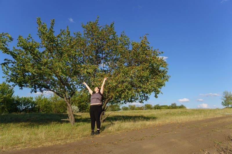 Upphetsad kvinna som firar framgång med armar upp arkivbild