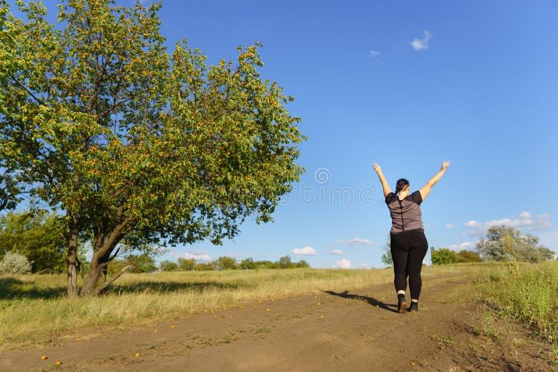 Upphetsad kvinna som firar framgång med armar upp fotografering för bildbyråer