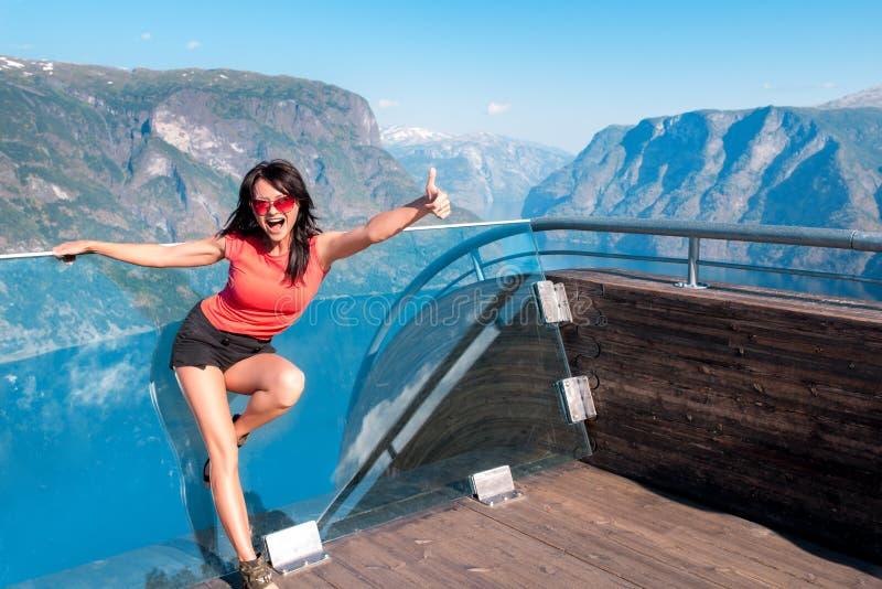 Upphetsad kvinnaturist på den Stegastein synvinkeln arkivfoton