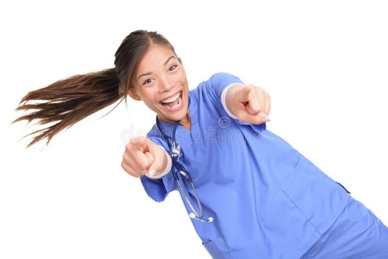 Upphetsad kvinnlig doktor eller nuse som pekar på dig royaltyfria bilder