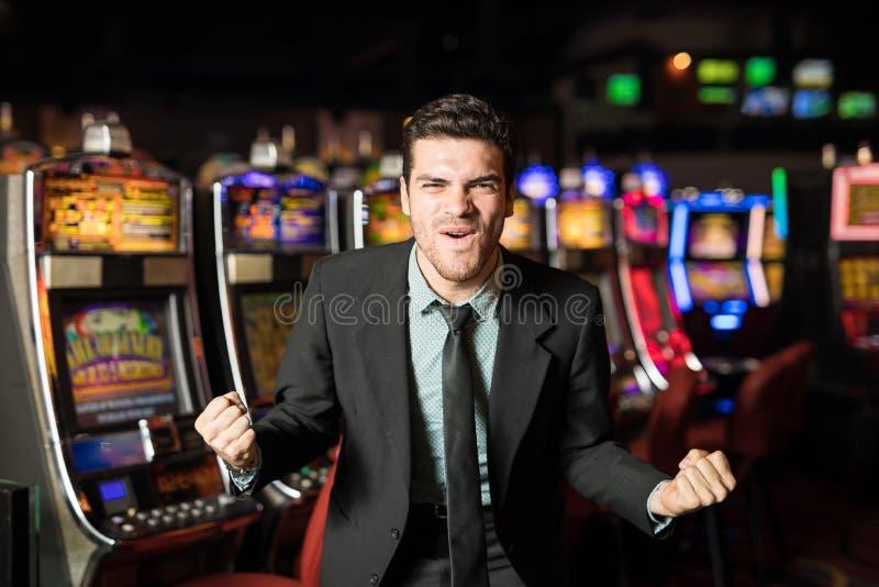 Upphetsad man i en kasino arkivbild