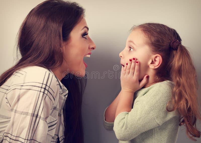 Upphetsad moder och överraskande ungeflicka som ser på de intelligens fotografering för bildbyråer