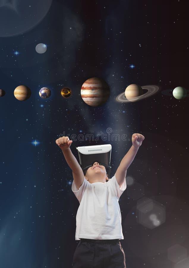 Upphetsad pojke i VR-hörlurar med mikrofon som ser planeter 3D mot himmelbakgrund med signalljus royaltyfri fotografi