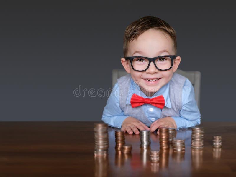 Upphetsad ung affärsman med pengar royaltyfria bilder