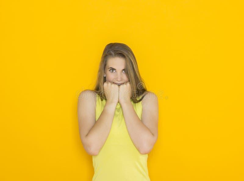 Upphetsad ung attraktiv kvinna arkivfoton