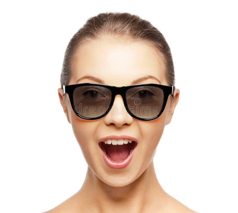 Upphetsad ung kvinna i svarta exponeringsglas 3d royaltyfri foto