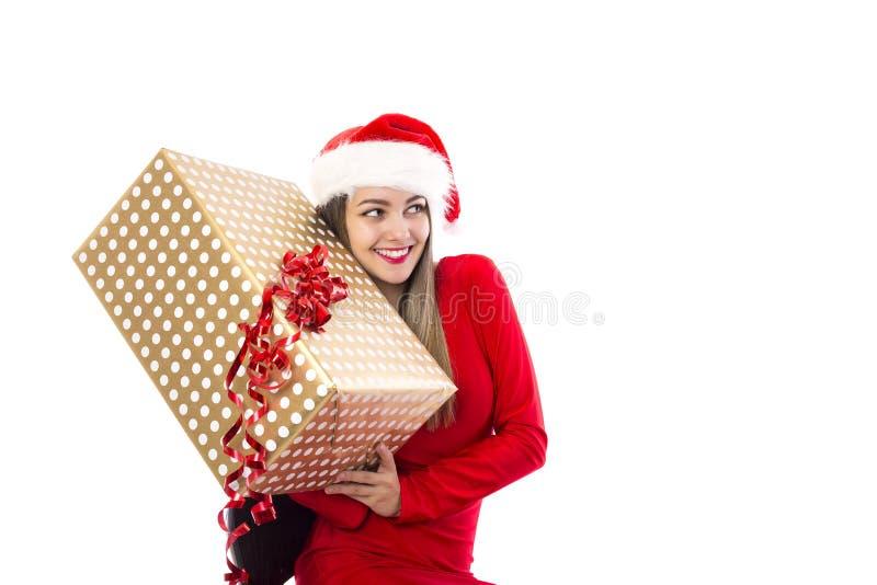Upphetsad ung kvinna som rymmer en stor gåva över vit royaltyfri fotografi