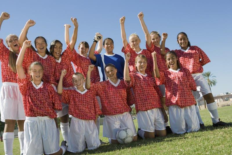 Upphetsada kvinnliga fotbollspelare arkivbilder