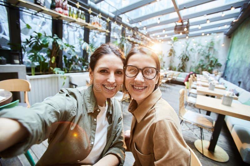 Upphetsade flickor i kafé arkivbild