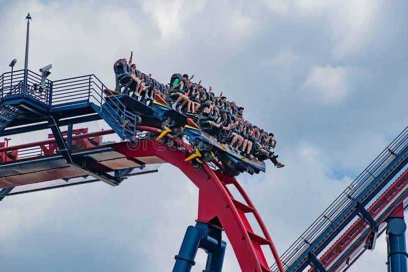 Upphetsade framsidor av folk som enyoing en Sheikra rollercoasterritt på Busch trädgårdnöjesfält 13 royaltyfri foto