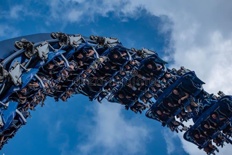 Upphetsade framsidor av folk som har den roliga MantaRay rollercoasteren på Seaworld 6 royaltyfri foto