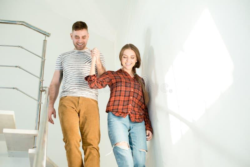 Upphetsade härliga par i nytt hus arkivfoto
