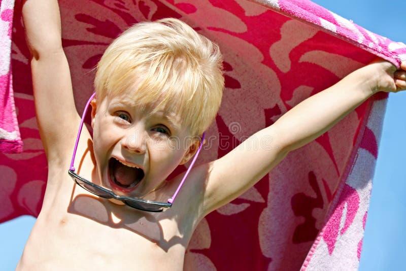 Upphetsat barn i strandhandduk på sommardag royaltyfri fotografi