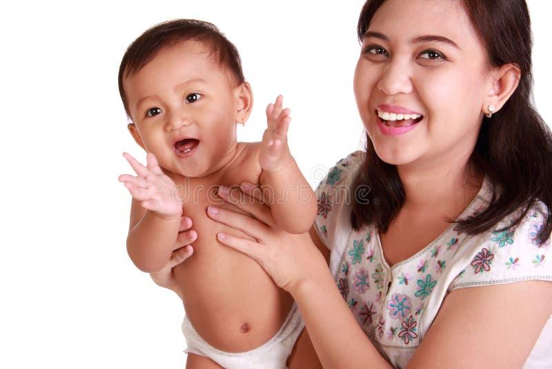 Upphetsat behandla som ett barn applådera händer och hennes mamma arkivbild