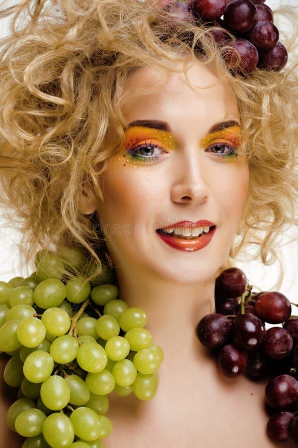 Upphetsat leende för härlig stående för ung kvinna med stil för makeup för fantasikonsthår arkivbild