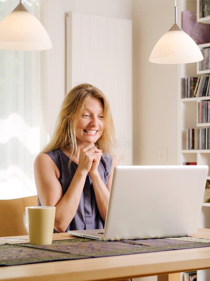 Upphetsat Om Shopping Med Hennes Bärbar Dator Royaltyfria Bilder