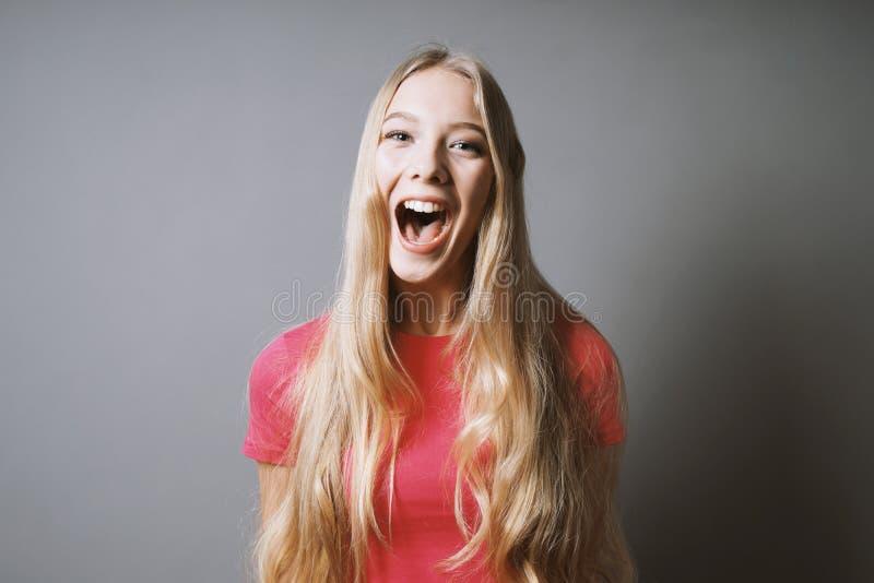 Upphetsat skrik för ung kvinna av glädje eller rop av fröjd arkivbild