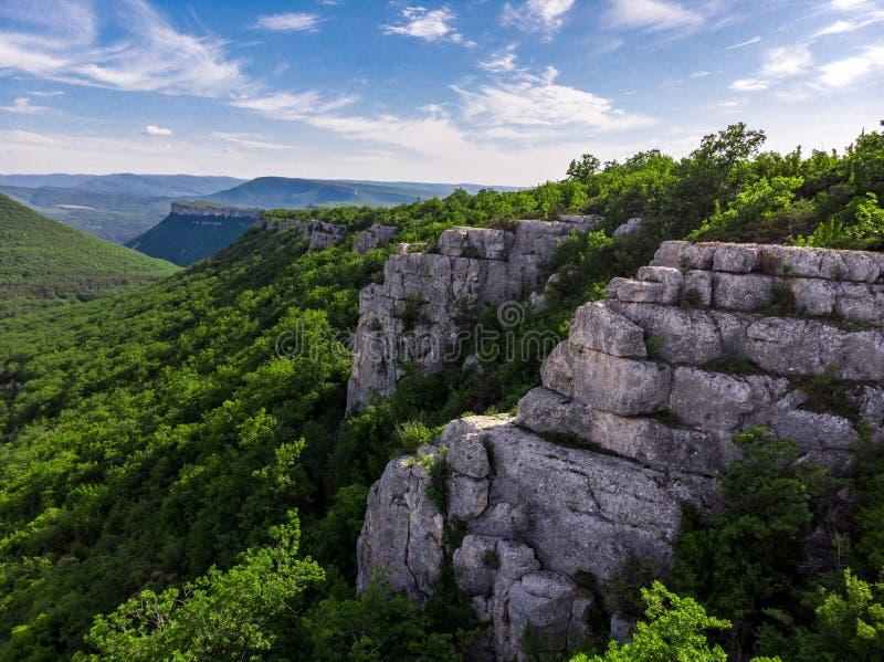 Uppifrån av bergChufut-grönkålen arkivfoto