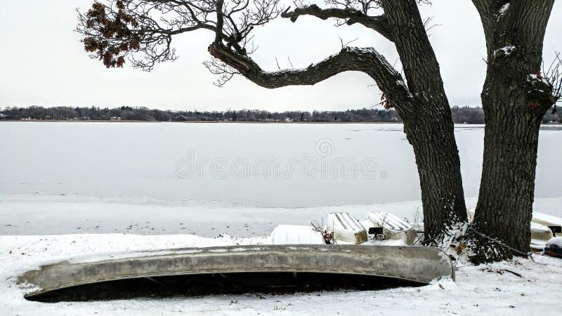 Uppifrån och ned på Canoe vid sjön, vinter, snö, träd arkivfoto