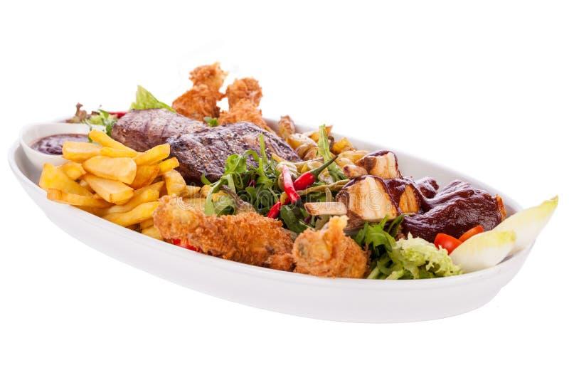 Uppläggningsfat av blandade kött, sallad och pommes frites royaltyfria bilder
